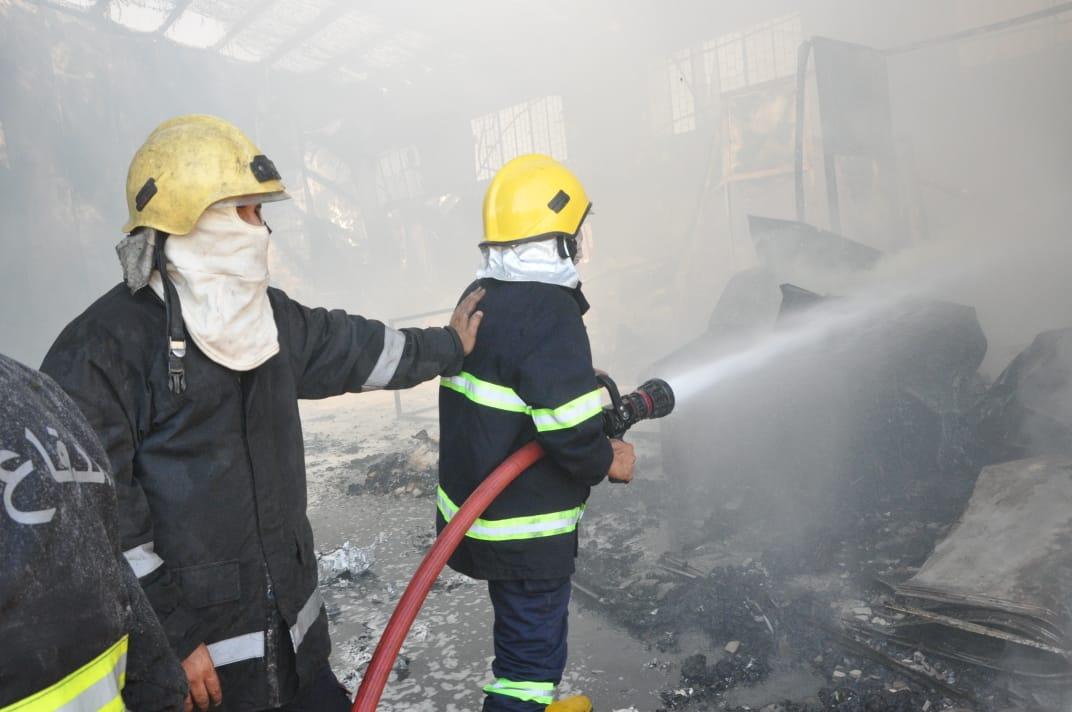 صور.. مكافحة حريق في مدينة الصدر التهم مخزنا للسلاح لسرايا السلام