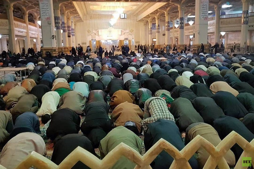 """Iranians ignore """"Corona"""" warnings and hold a mass prayer in a religious shrine"""