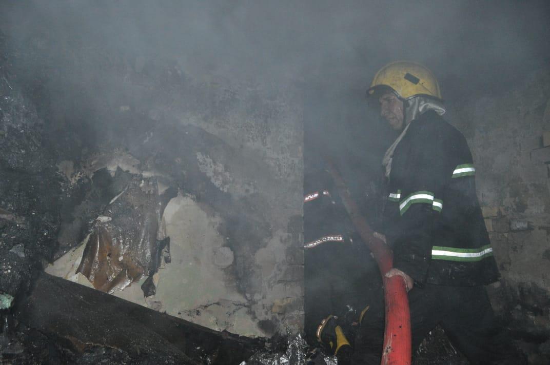 معلنا تعرض فرقه لغاز مسيل للدموع.. الدفاع المدني يخمد حريق بغداد ويكشف سببه