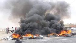محتجون يقطعون الطريق بين محافظتين ويحاصرون قوات الشغب