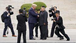 في زيارة تاريخية.. ترامب يعبر الحدود إلى كوريا الشمالية ويلتقي كيم جونغ أون (فيديو وصور)