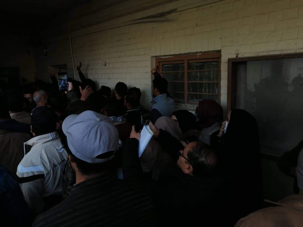 صور .. محتجون يقتحمون دائرة حكومية بمحافظة عراقية ويحاولون الوصول لمديرها