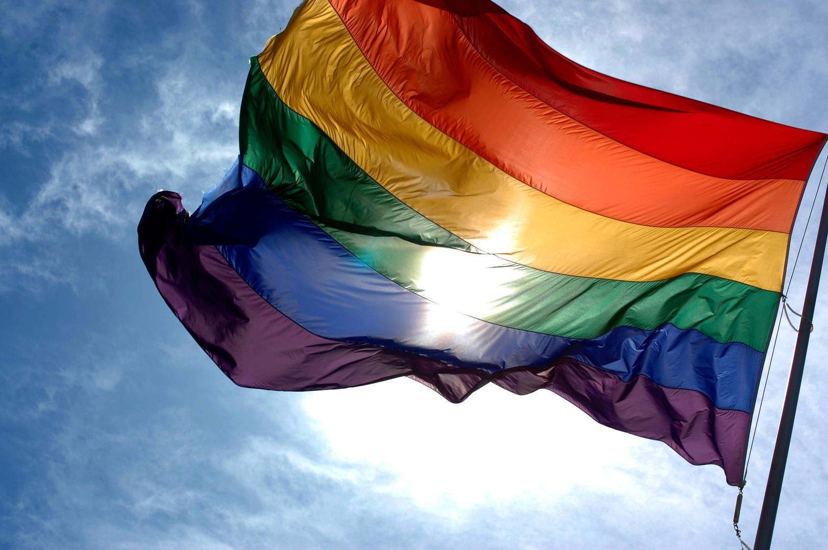 بسبب علم المثليين.. بوتين يسخر من السفارة الأمريكية
