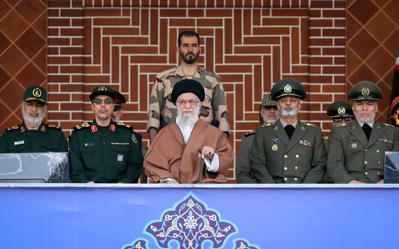 خامنئي: أوصي الحريصين على العراق ولبنان ان يعالجوا اعمال الشغب وانعدام الأمن