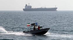 صورتان.. زوارق إيرانية تقترب بشكل خطير من سفينة أمريكية