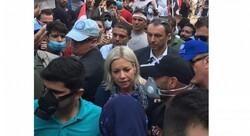 """مسؤولة كبيرة بالامم المتحدة تزور المحتجين بساحة التحرير عبر """"التك تك"""""""