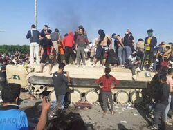 جرحى بمهاجمة مدرعات عراقية المعتصمين في ام قصر البصرة