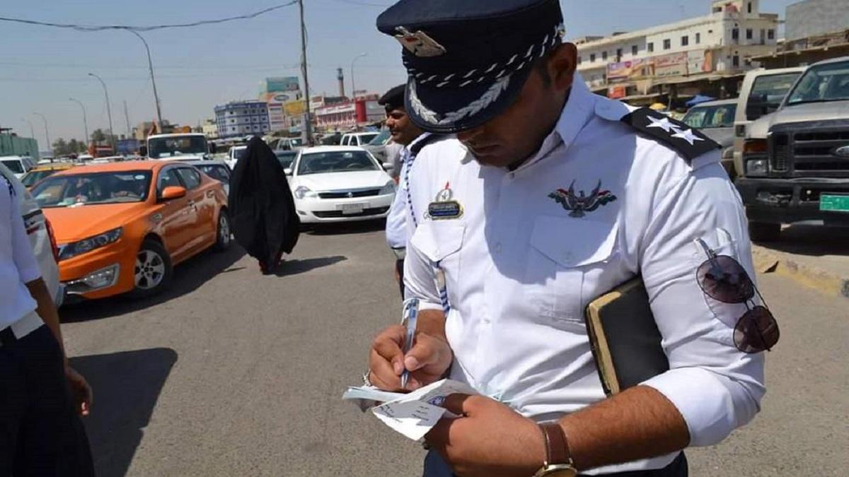 صورتان.. شخصان يعتديان على شرطي مرور في البصرة