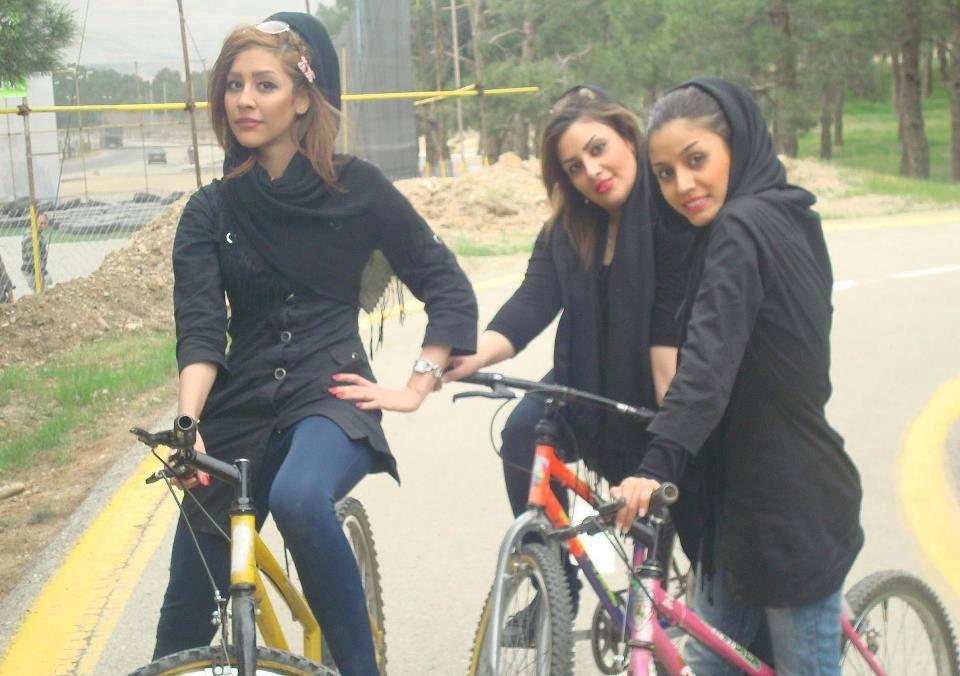الأمر بالمعروف الإيرانية تمنع النساء في مشهد من ركوب الدراجات الهوائية
