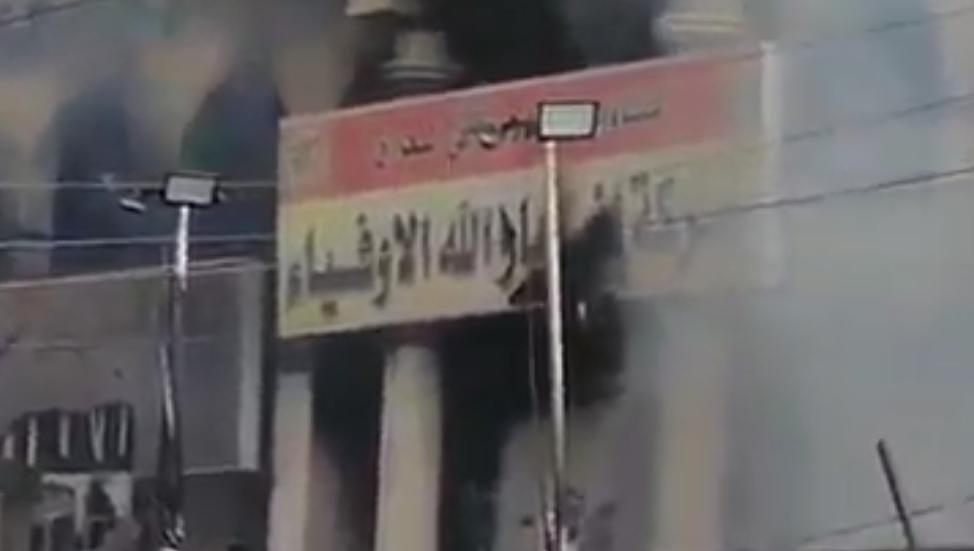 """متظاهرون يحرقون مقراً لفصيل بالحشد الشعبي بعد حادثة """"مفخخة الناصرية"""""""
