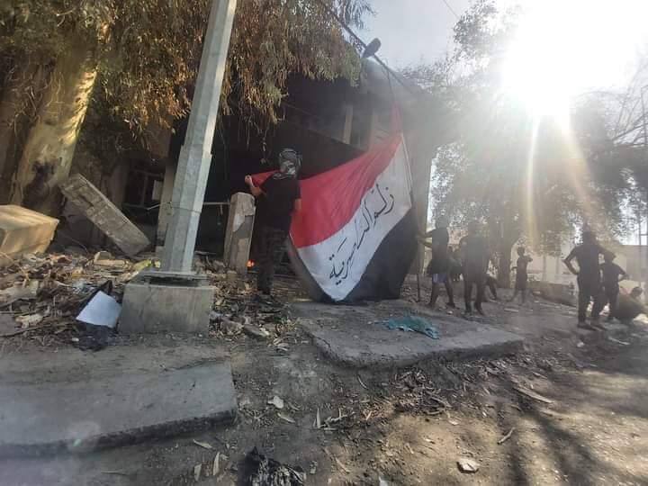 صور.. محتجون غاضبون يهدمون مقار احزاب سياسية وفصائل جنوبي العراق