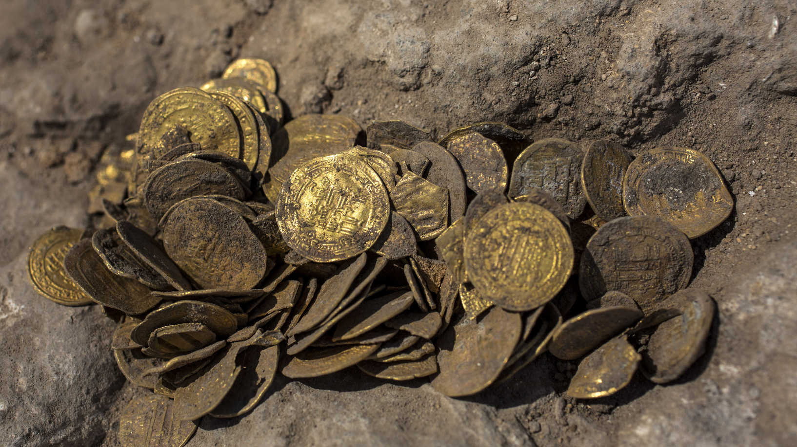 """في حدث """"نادر للغاية"""".. اكتشاف عملات عباسية مدفونة وسط اسرائيل"""