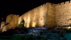 حرب رسائل بين الفلسطينيين والإسرائيليين على أسوار القدس.. صور
