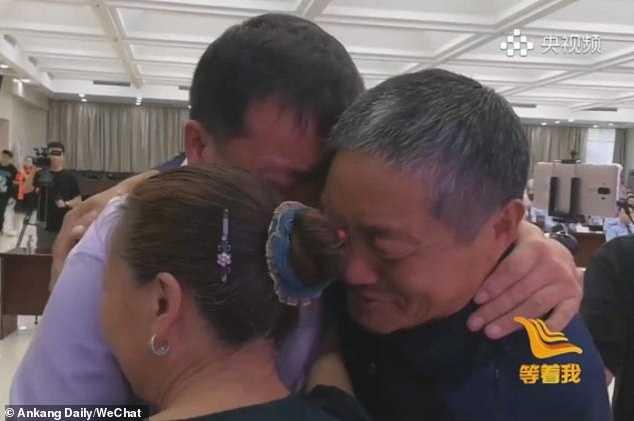 فيديو مؤثر.. عجوز يلتقي بابنه المخطوف بعد 40 عاما