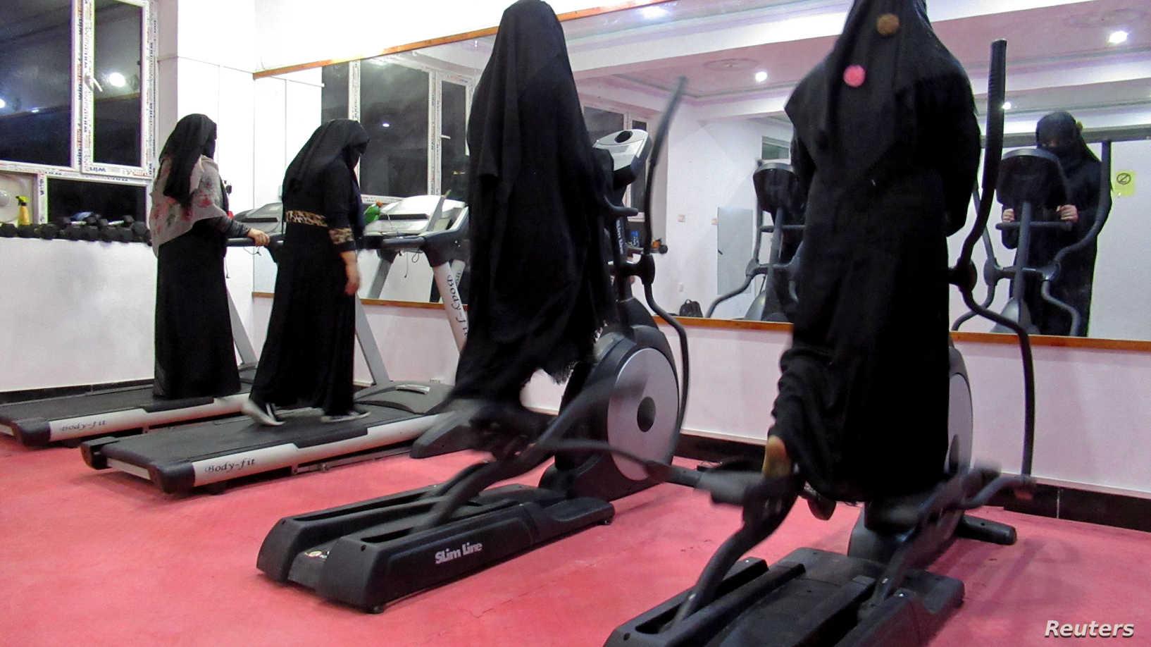 افغانية تكسر المحظور وتفتتح صالة رياضية بأحد أكثر الأماكن تشدداً في العالم