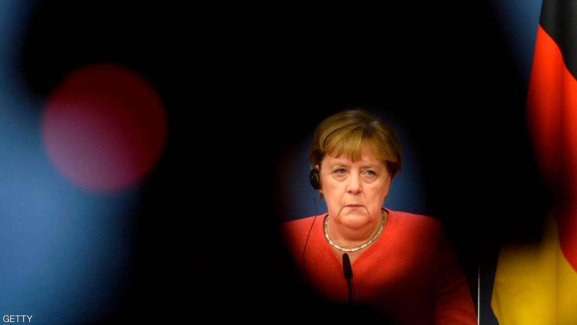 ألمانيا تحاكم موظفاً في مكتب ميركل بتهمة التجسس لصالح بلد عربي