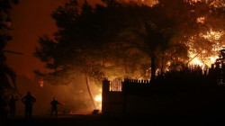 حرائق واسعة في خمس دول توقع قتلى وتشرد الآلاف