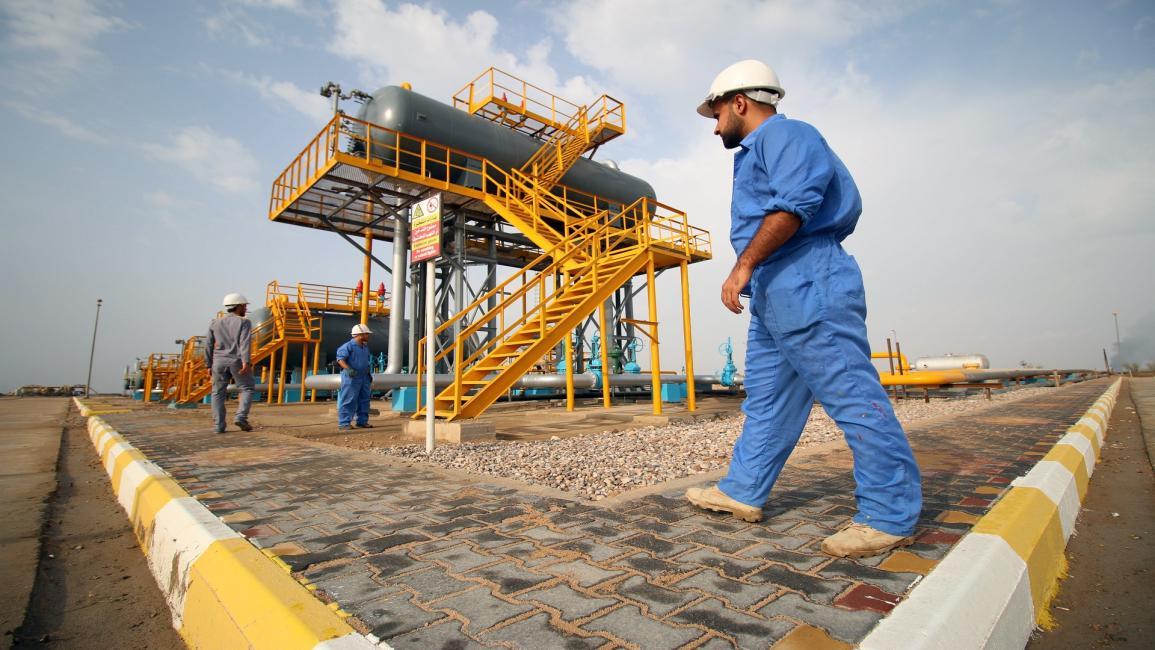 النفط يغلق منخفضا مع عودة ظهور كوفيد -19