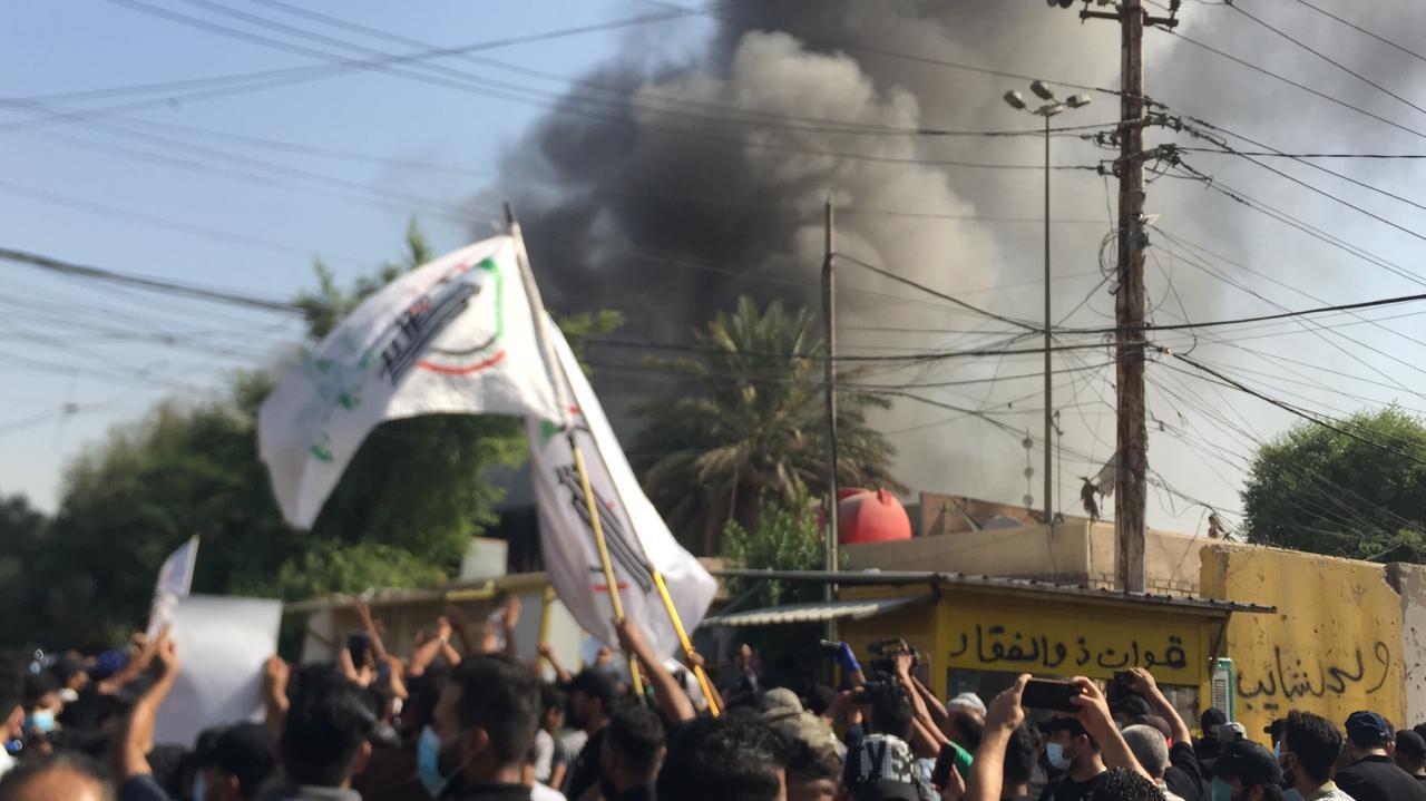 انصار للحشد يقتحمون مقر الحزب الديمقراطي الكوردستاني ببغداد ويضرمون النيران فيه