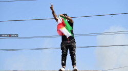 صور.. حرق العلم الكوردي خلال اقتحام مقر الديمقراطي ببغداد