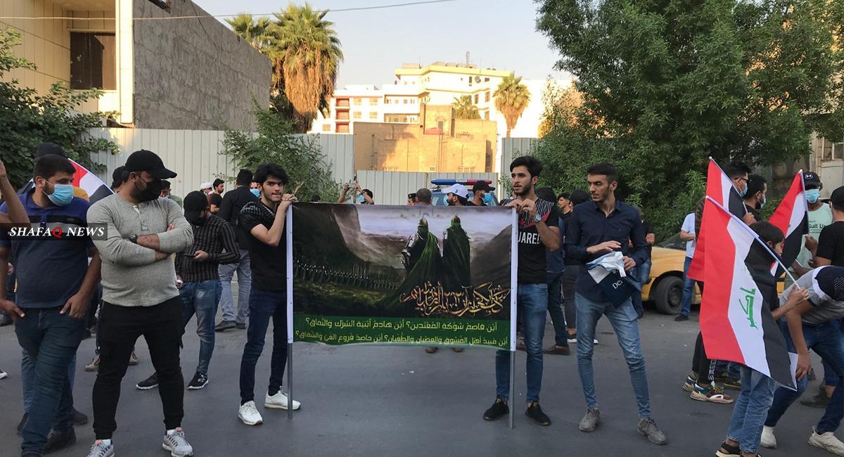 بالصور.. العشرات يتظاهرون أمام السفارة الفرنسية وسط بغداد