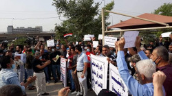 """""""لن نعمل مجاناً"""".. تظاهرات غاضبة تجتاح العراق احتجاجاً على تأخر الرواتب"""