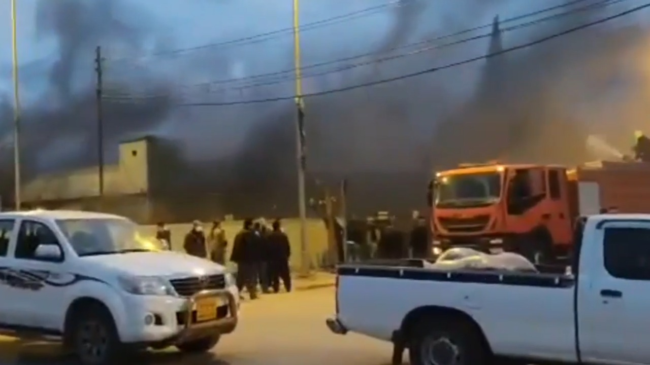 محتجون يحرقون مقراً للإتحاد الوطني والحزب الديمقراطي في السليمانية