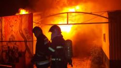 صور .. حرائق داخل مستودع للإعتدة بمعسكر في بغداد والدفاع المدني يسيطر عليها