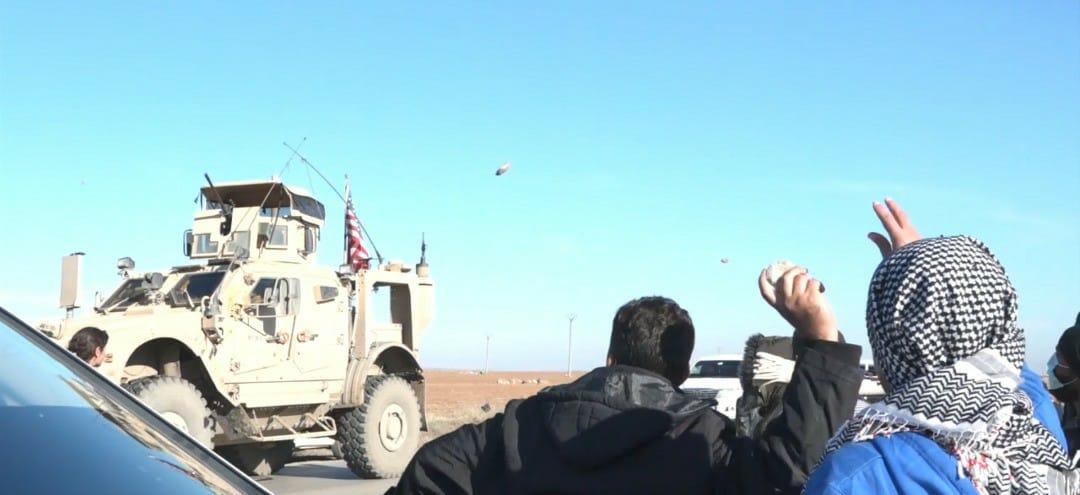 رشق دورية أمريكية بالحجارة في ريف القامشلي
