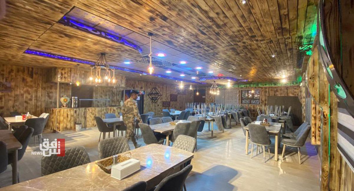 صور.. ضابط عسكري يحول مطعم وحدته إلى لوحة مدنية