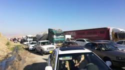 العشرات من سائقي الشاحنات يقطعون طريق الموصل – اربيل