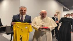 نادي أربيل يهدي بابا الفاتيكان قميص فريق كرة القدم
