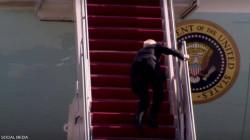 البيت الأبيض يكشف سبب سقوط بايدن المتكرر.. فيديو