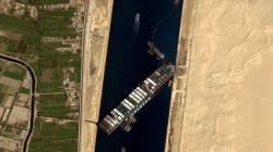 سفينة السويس تعاود الجنوح بعد إبحارها بسبب الرياح