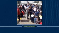 بحاجز بشري.. المحاضرون المجانيون يقطعون جسرا يؤدي للمنطقة الخضراء وسط بغداد
