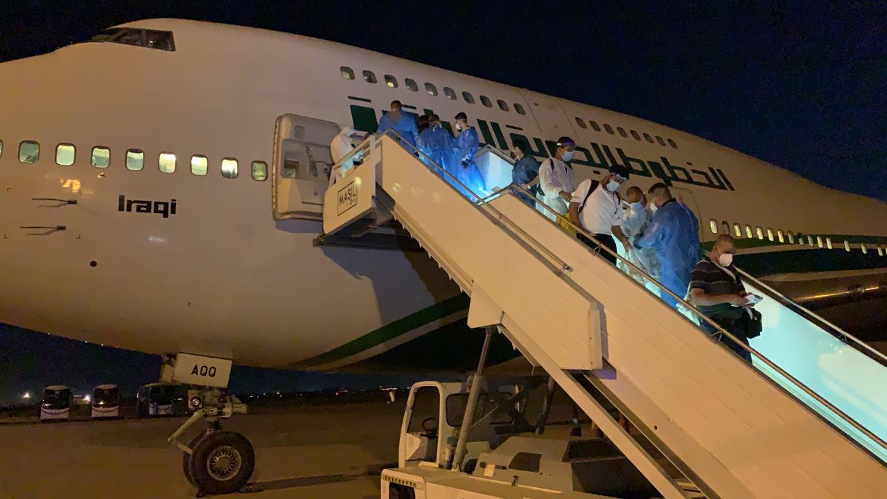 صور.. وصول أول رحلة للعراقيين العالقين في الهند إلى بغداد