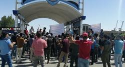 المئات يتظاهرون اقصى جنوبي العراق مطالبين بصرف اجورهم المالية