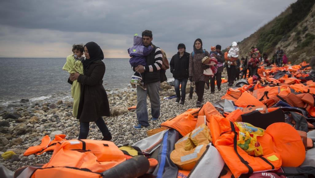 بينهم عراقيون.. تركيا تحتجز مئات المهاجرين إلى جزيرة يونانية