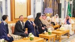لأول مرة.. ملك السعودية يستقبل حاخاماً يهودياً