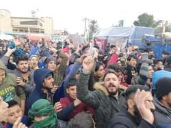 اصابات بصفوف المحتجين بمواجهات مع الامن واغتيال استاذ جامعي في العراق