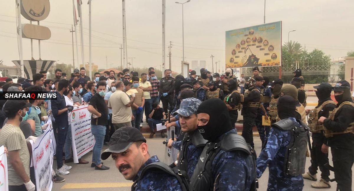 """""""موظفون عاطلون"""".. محتجون في البصرة يطالبون بالمباشرة في اعمالهم"""