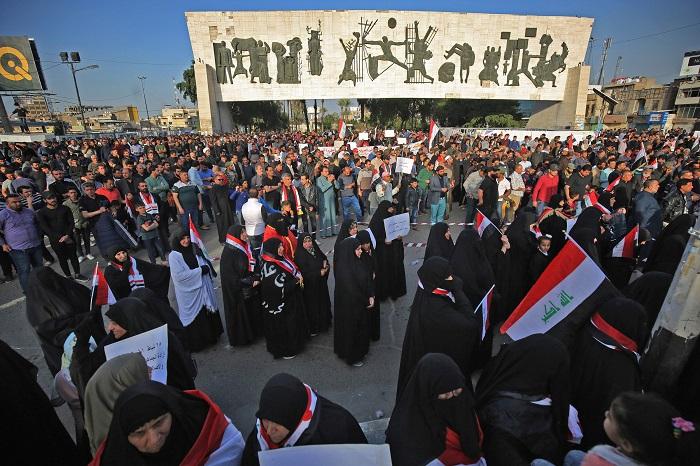 """توافد متظاهرين من محافظات وسطى وجنوبية الى ساحة التحرير وانتشار """"للقبعات الزرق"""""""
