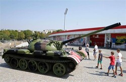 دبابة أمام ملعب تثير أزمة في دوري الابطال الاوروبي