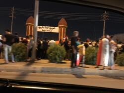 محتجون يغلقون مديرية تربية البصرة ويعتصمون امام المبنى