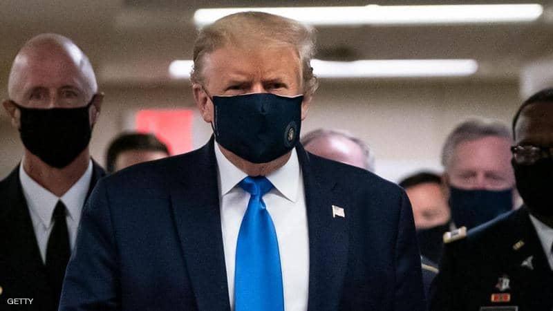 لأول مرة وبعد 4 شهور .. ترامب يرتدي الكمامة