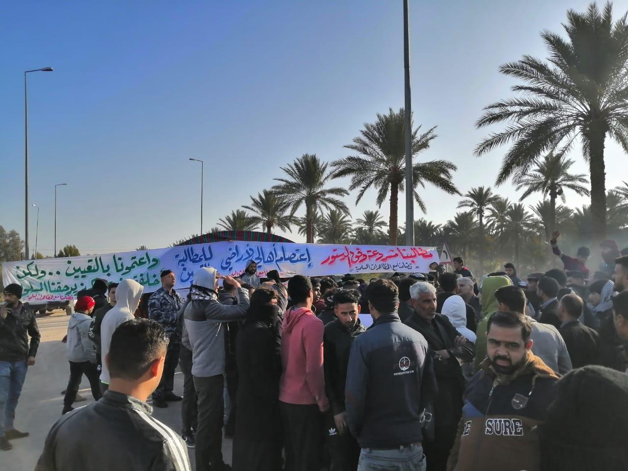 محتجون يغلقون ميناء بالبصرة ويحتجزون موظفين باغلاق محطة كهرباء في كربلاء