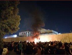 محتجون يحاصرون مبنى القنصلية الايرانية بكربلاء ويضرمون النار بجدارها