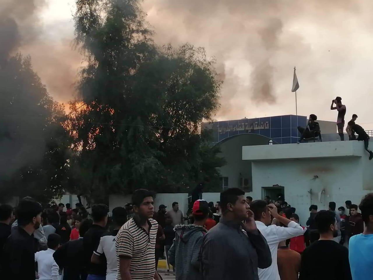 صور.. محتجون بذي قار يغلقون طريقا رابطا ببغداد ويحرقون مبنى حكوميا