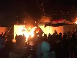 صور.. محتجون يحرقون القنصلية الايرانية في النجف مجددا