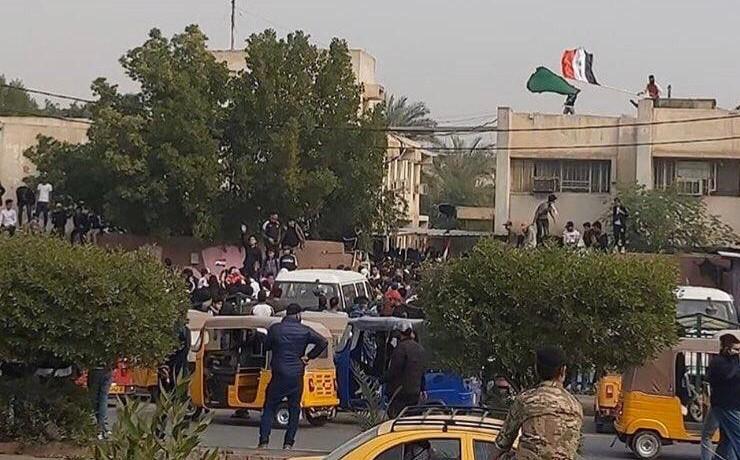 صور.. محتجون يغلقون دوائر رسمية في بغداد وجنوبي العراق